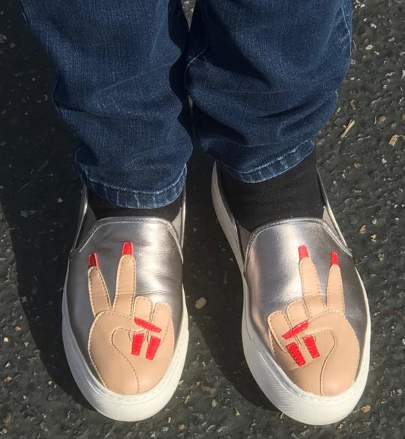 Shoe-V-sign.lr